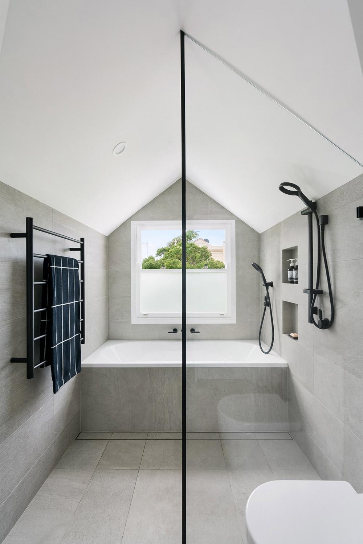 Adam-and-Amelia-bathroom-(1)